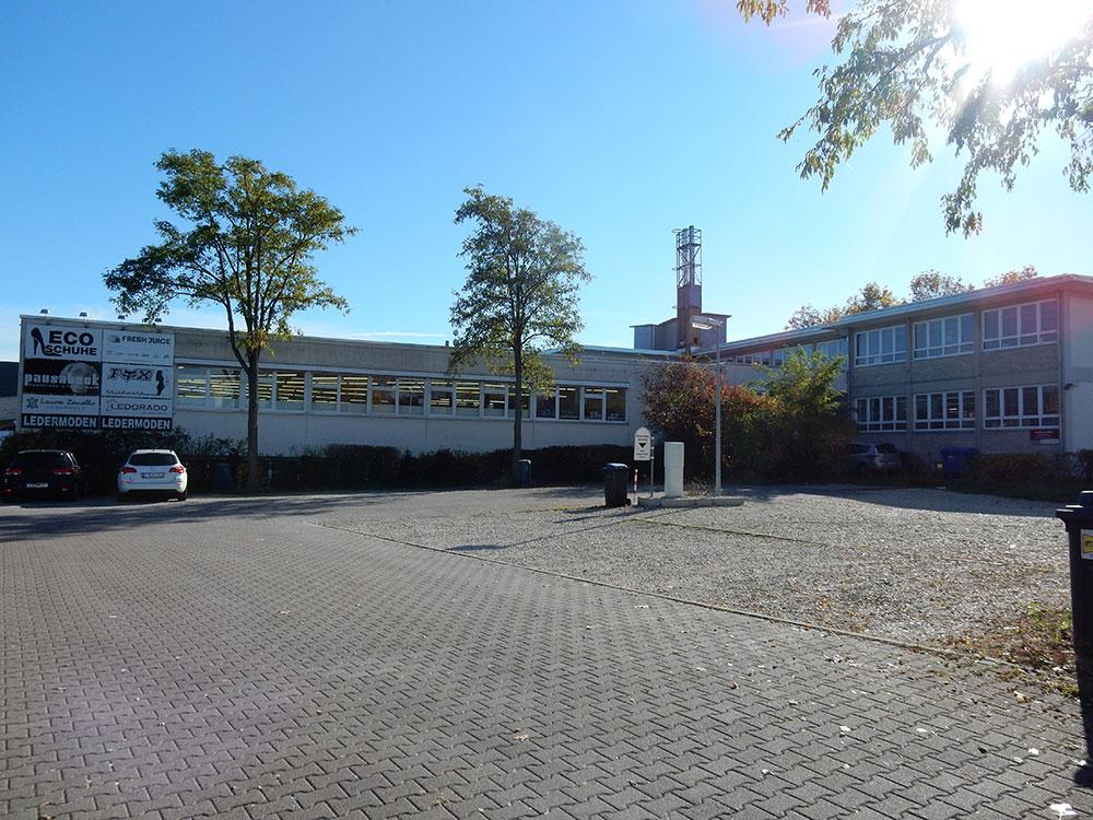 outlet-center-ansicht-oeffentlicher-parkplatz